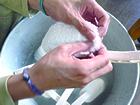 手作業で作られる海をまもるバスブラシ